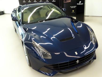 חזית של פרארי F12 ברלינטה כחולה