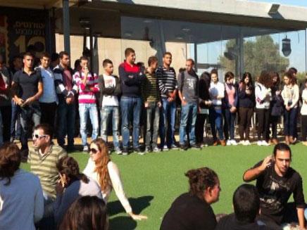 סטודנים בחיפה עומדים דקת דומייה יום אחרי (צילום: חדשות 2)