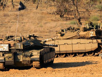 """טנקים נערכים לכניסה לרצועה (צילום: דובר צה""""ל)"""