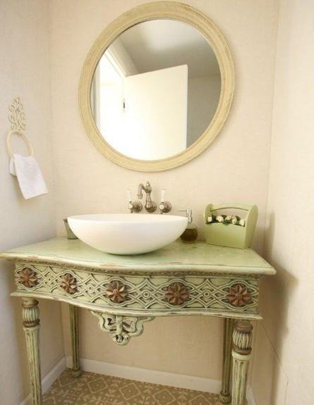 קונסולה שהוסבה לשידת אמבטיה (צילום: אימר שיקלר)