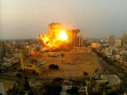 מגרש הכדורגל שהופצץ בעזה (צילום: חדשות 2)
