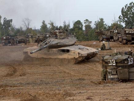 """היערכות כוחות צה""""ל לכניסה קרקעית לעזה (צילום: רויטרס)"""