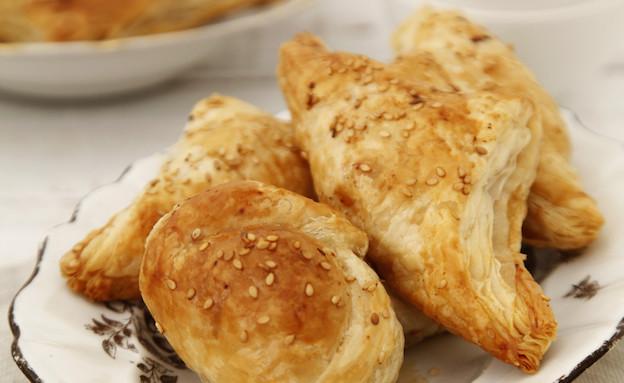 בורקס גבינה ובצל מקורמל (צילום: אפיק גבאי, משק צוריאל)