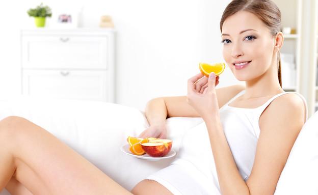 אישה בהריון אוכלת פירות (צילום: אימג'בנק / Thinkstock)
