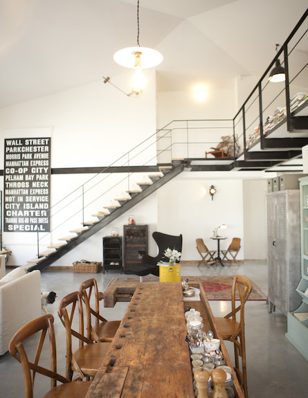 מנורה מעל המדרגות (צילום: מתוך קטלוג פמינה 2010, עידו לביא (ארכיון))