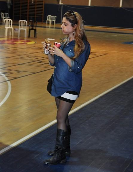 שירי מימון אוכלת ובהריון (צילום: צ'ינו פפראצי)
