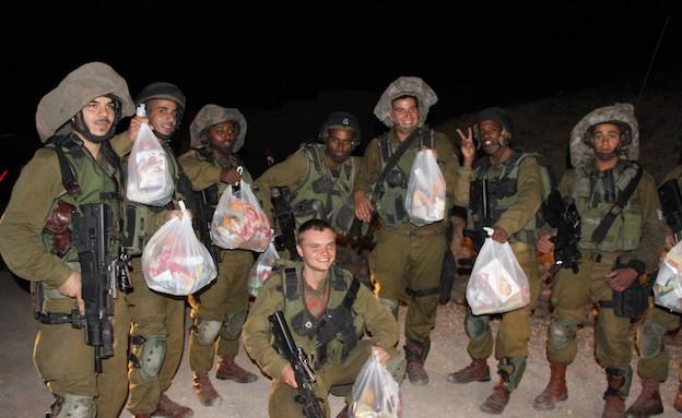 חיילים עם תרומות אלח עמוד ענן (צילום: אלון הראל)