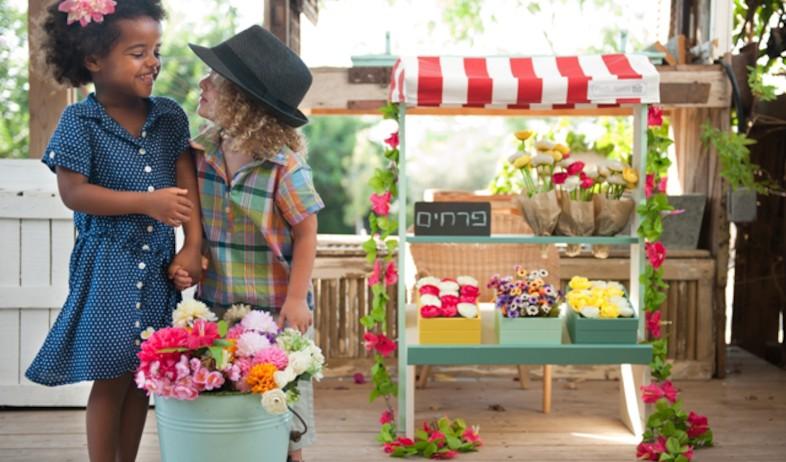 ילדים עם פרחים (צילום: מתוך האתר - www.petitkitchen.co.il)