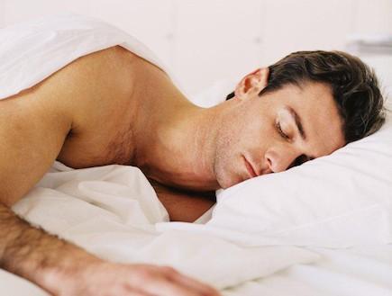 גבר ישן במיטה