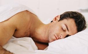 גבר ישן במיטה (צילום: realsimple.com, getty images)