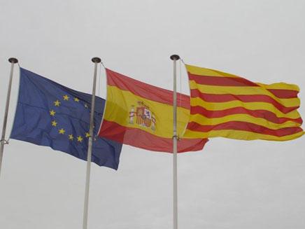 יחסים במבחן. דגלי האיחוד, ספרד וקטלוניה (צילום: יונתן בייסקי)