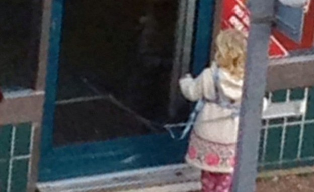 ילדה קשורה מחוץ למועדון הימורים (צילום: צילום מסך daily mail)