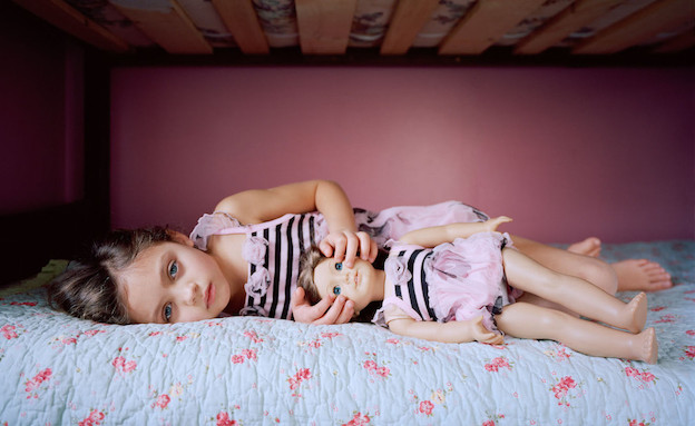 אני והבובה - על המיטה (צילום: אילונה שווארק צילום מסך מתוך האתר ilonaszwarc.com)
