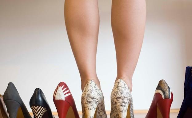 שורה של זוגות של נעליים (צילום: realsimple.com, getty images)