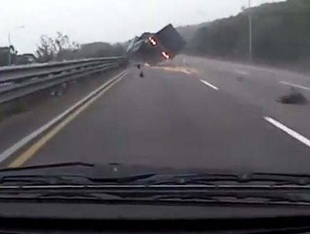תאונה בעקבות פיצוץ צמיג