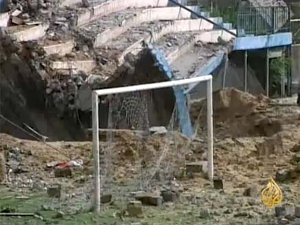 מגרש הכדורגל בעזה שהופצץ (צילום: חדשות 2)