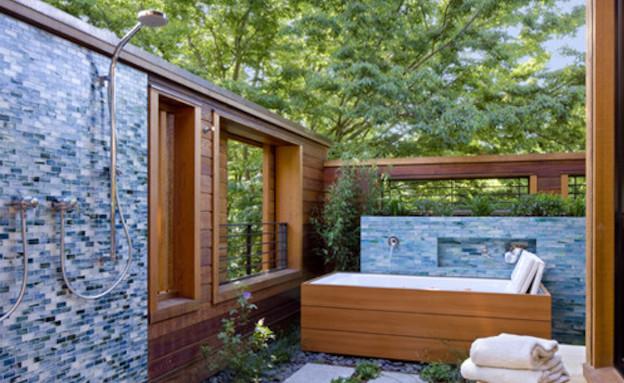 אמבטיה בחוץ (צילום: מתוך האתר www.houzz.com)