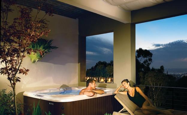 אמבטיה בחוץ (צילום: מתוך האתר של HOTSPRING  )