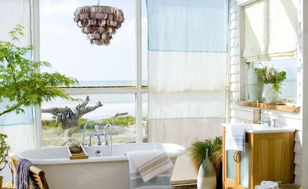 אמבטיה בחוץ (צילום: מתוך האתר roomenvy.co.uk)
