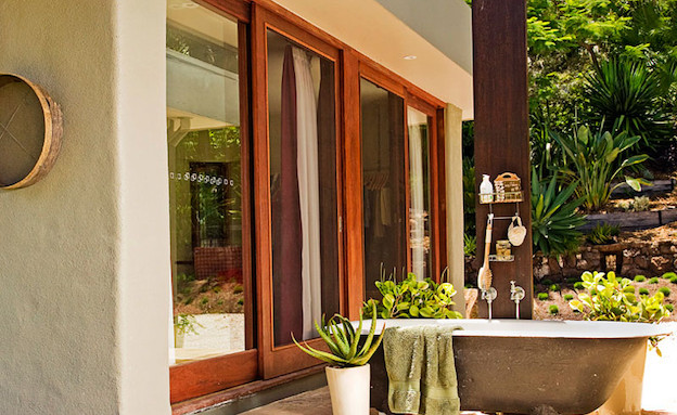 אמבטיה בחוץ (צילום: מתוך האתר www.inhabitat.com)