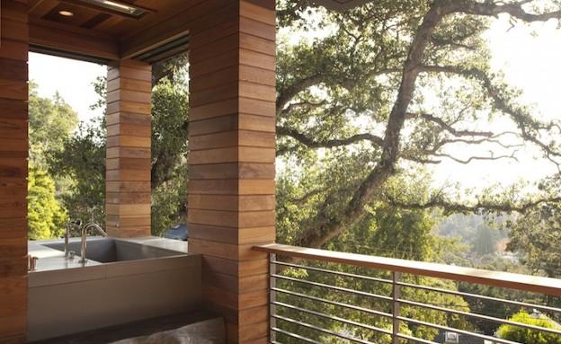 אמבטיה בחוץ (צילום: מתוך האתר www.sb-architects.com)