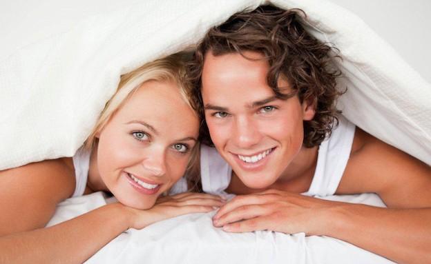 גבר ואישה במיטה שוכבים על הבטן (צילום: אימג'בנק / Thinkstock)