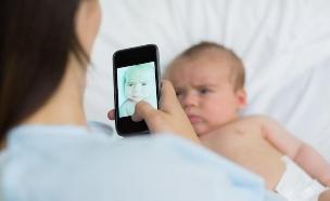 אמא מצלמת תינוק באייפון (צילום: אימג'בנק / Thinkstock)