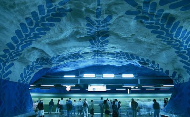 העולם הכחול ברכבת בשטוקהולם (צילום: dailymail.co.uk)