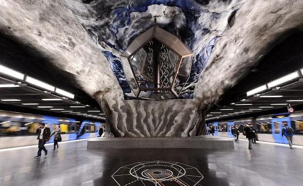מיצג אמנותי ברכבת התחתי בשטוקהולם (צילום: dailymail.co.uk)