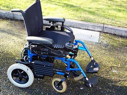 כסא גלגלים נטוש על הכביש (צילום: רויטרס)