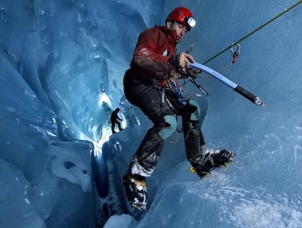 מטפס על מערת הקרח בשוויץ