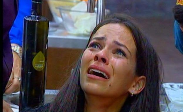 שלי בוכה (תמונת AVI: mako)