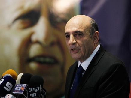 שאול מופז על רקע תמונת אריאל שרון (צילום: חדשות 2)
