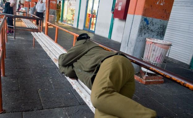 חייל ישן בתחנה מרכזית (צילום: אורי ברקת)