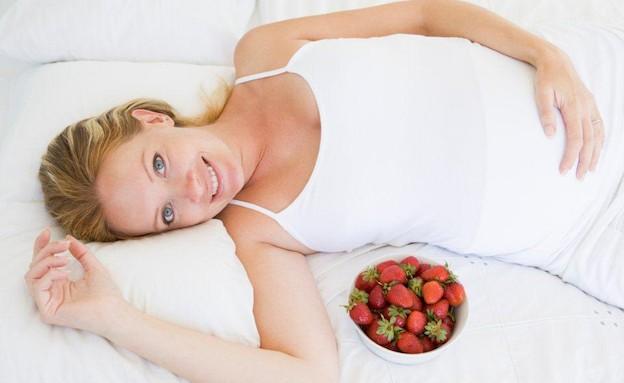אישה בהריון עם קערה תותים לידה (צילום: אימג'בנק / Thinkstock)