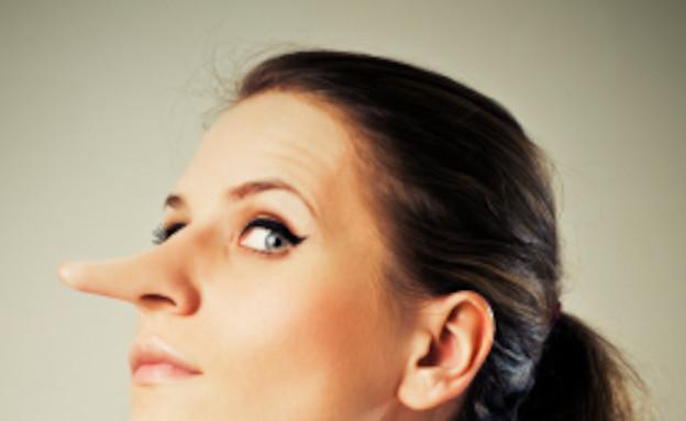 בחורה עם אף ארוך- שקרים (צילום: VikaValter, Istock)