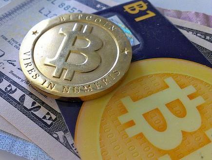 מטבע וכרטיס אשראי של ביטקוין(צילום: זאק קופלי)