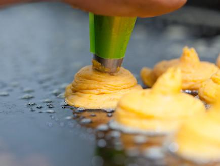 לביבות בטטה אורנה ואלה - יוצקים את הלביבות (צילום: בני גם זו לטובה, אוכל טוב)