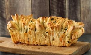 לחם גבינות ושום נתלש (צילום: חן שוקרון, אוכל טוב)