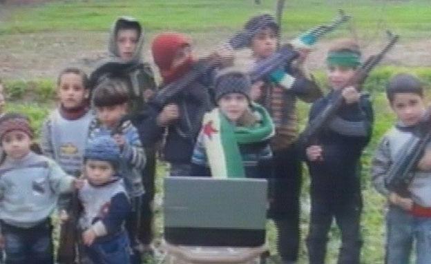 צפו: ילדי המורדים אוחזים ברובים (צילום: חדשות 2)