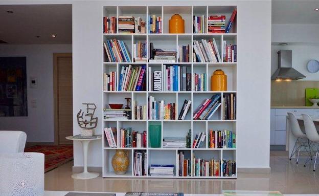 ספריה עם חפצים (צילום: איתי סיקולסקי)