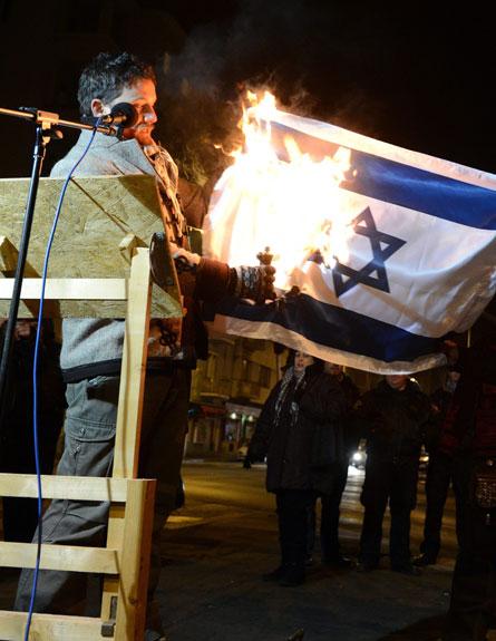 לנדהרדט שורף את הדגל, אמש (צילום: AP)