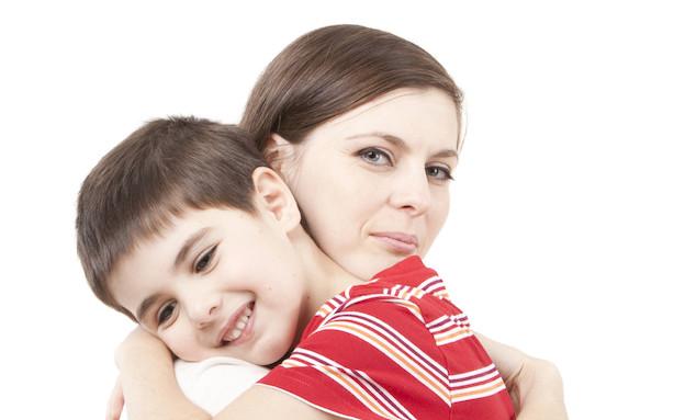 אמא מחבקת ילד (צילום: אימג'בנק / Thinkstock)