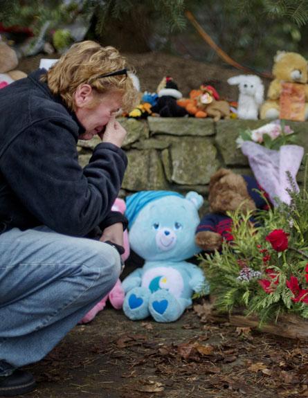 """""""לא הגנו על ילדינו"""". קונטיקט, אתמול (צילום: AP)"""