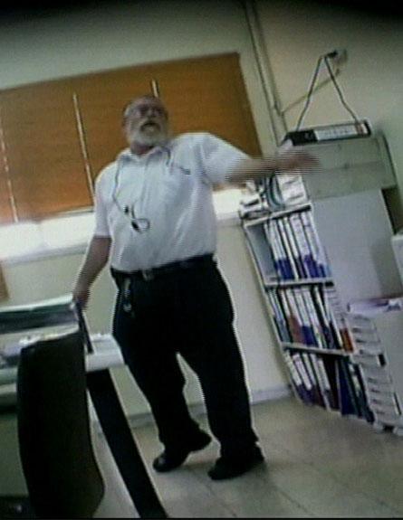 הרב המפלה, כפי שצולם במצלמה נסתרת (צילום: חדשות 2)