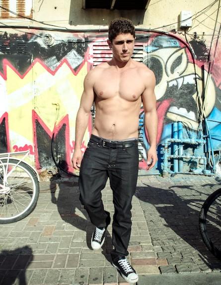 התייר דיוויד אליץ בלי חולצה (צילום: אור קפלן)