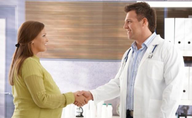אישה בהריון לוחצת יד לרופא (צילום: אימג'בנק / Thinkstock)