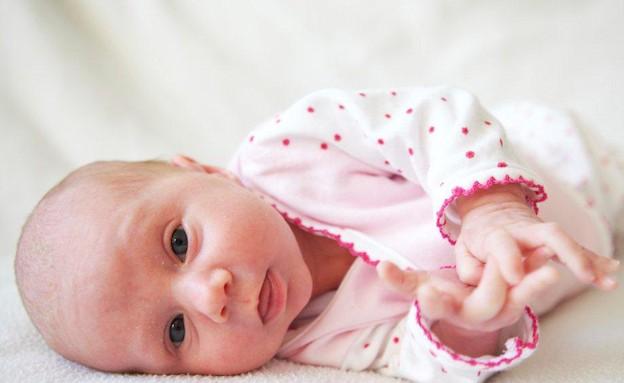 תינוקת שוכבת על הצד (צילום: אימג'בנק / Thinkstock)
