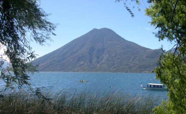 אגם בגואטמלה