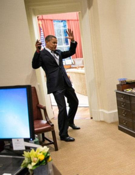 """הנשיא נלכד ברשתו של """"ספיידרמן"""" (צילום: הבית הלבן, Pete Souza)"""